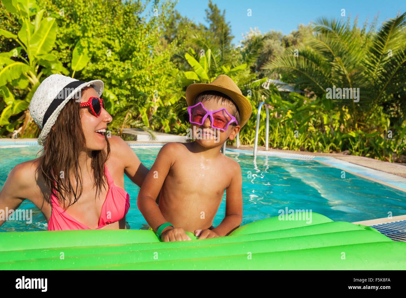 Mutter und Sohn mit Sonnenbrille lag auf Matratze Stockfoto