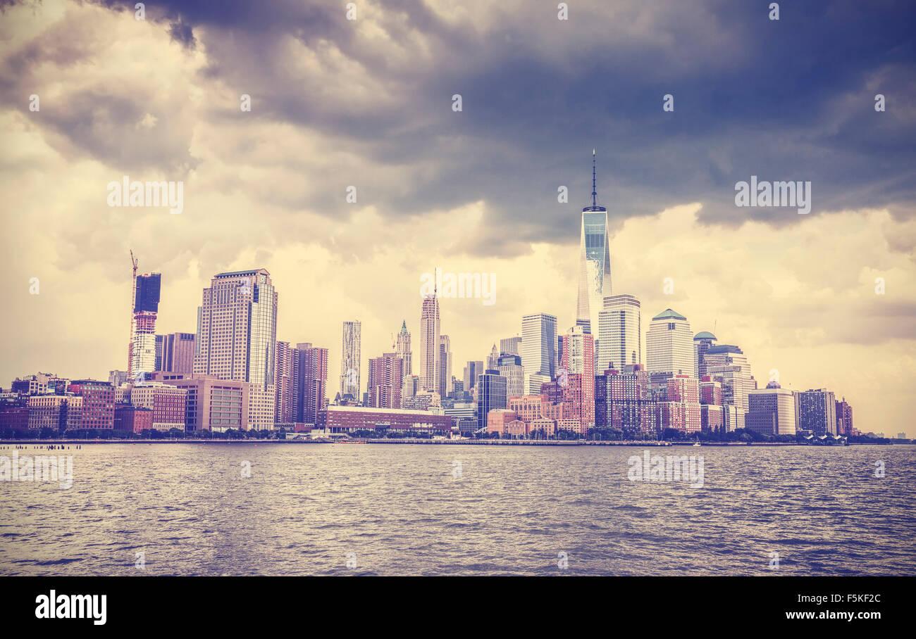 Vintage getönten Bild von New York Waterfront vor mit dramatischer Himmel, USA. Stockbild