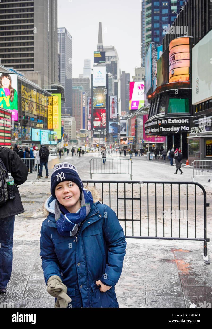 USA, New York, Manhattan, Times Square, Boy (12-13) am Stadtplatz Stockbild