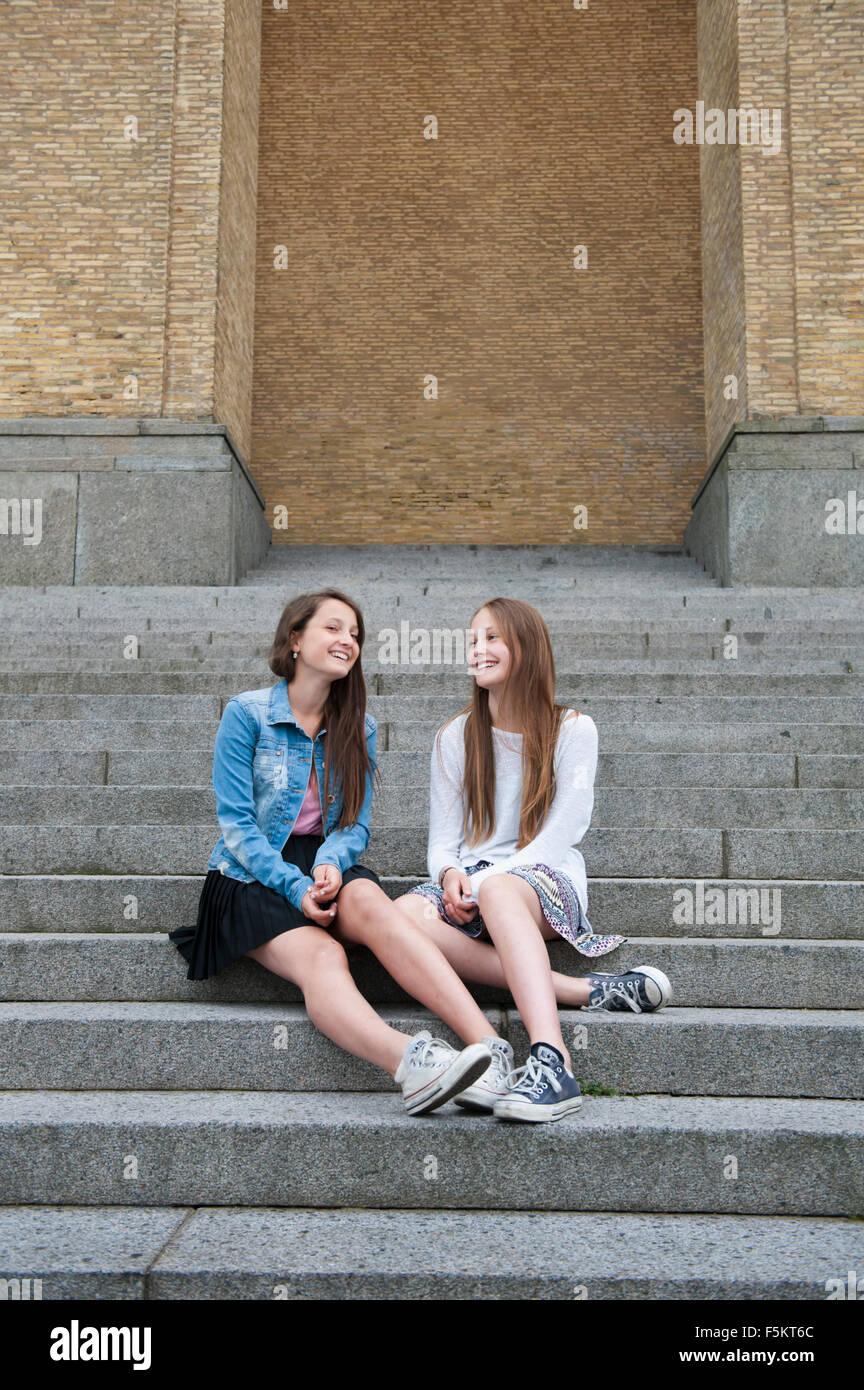 Schweden, Vastra Gotaland, Göteborg, Gotaplatsen, Teenage Mädchen (14-15) auf Stufen Stockfoto