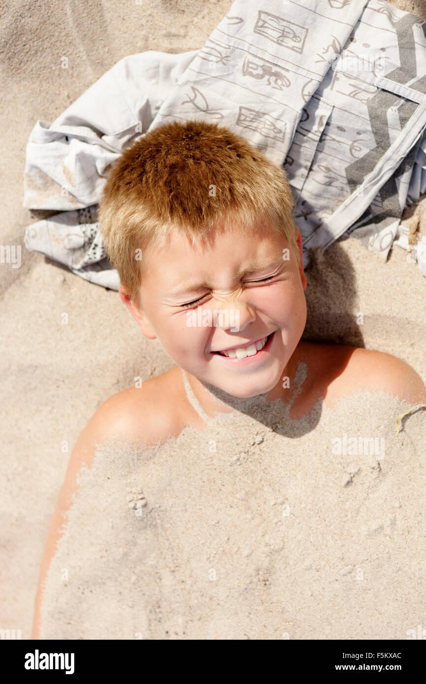 Schweden, Öland, Gronhogen, Boy (10-11) in sand Stockfoto