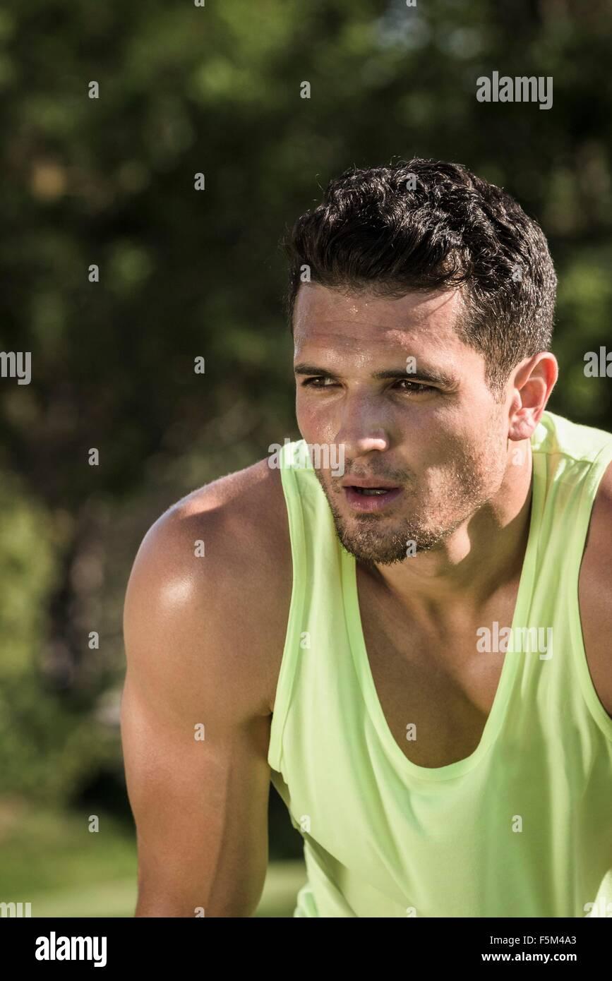 Porträt von verschwitzten junger Mann training im park Stockbild