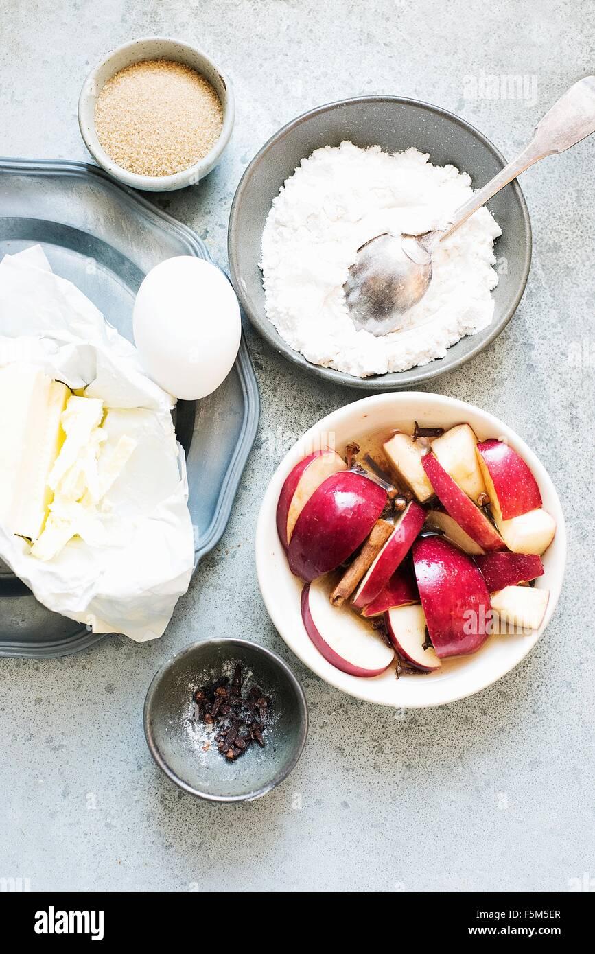 Zutaten für die Herstellung von Apfelkuchen, obenliegende Ansicht Stockbild