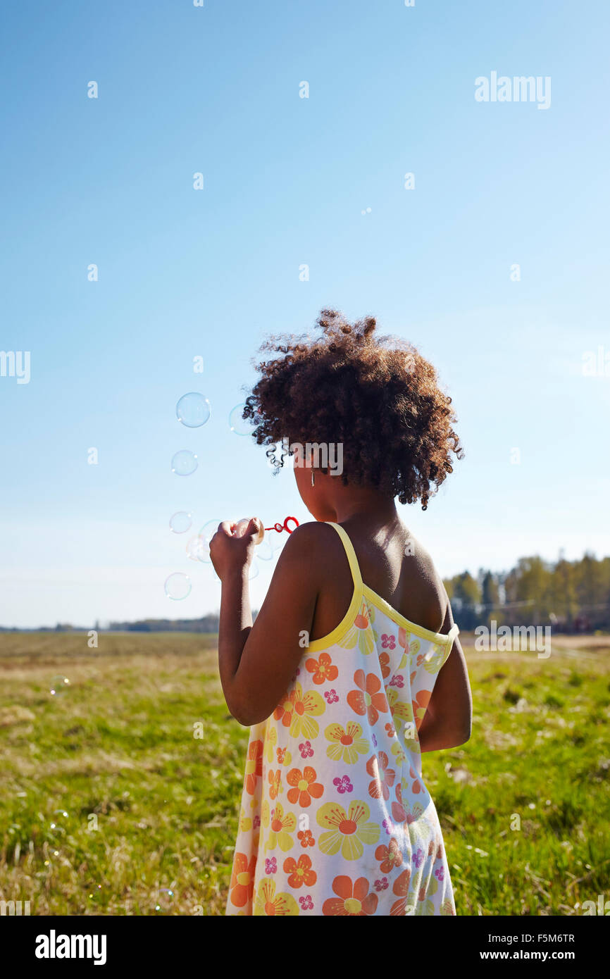Schweden, Vastra Gotaland, Gullspang, Runnas, Mädchen (6-7) weht Seife Luftblasen Stockbild