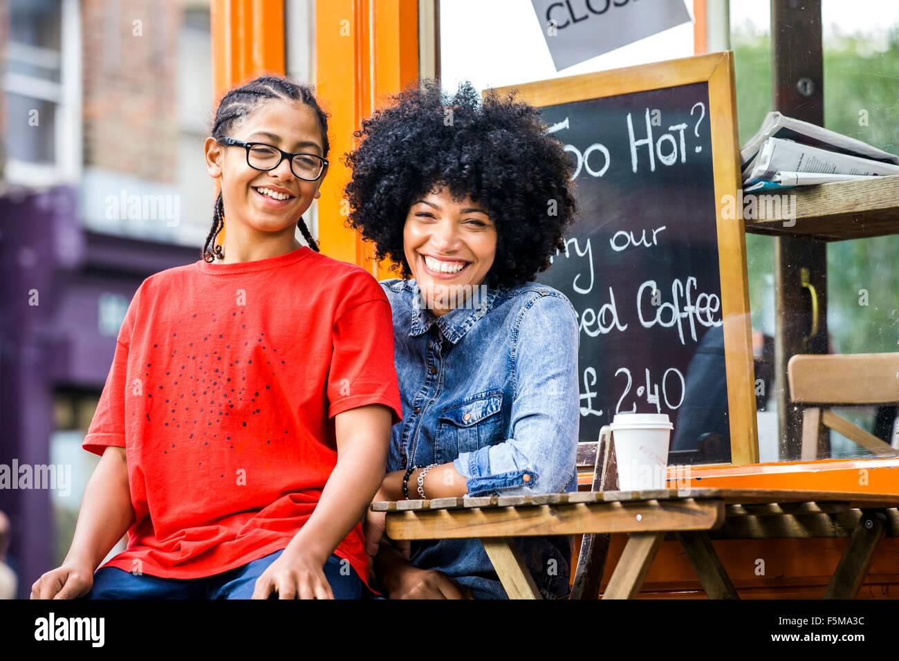 Porträt eines jungen auf Mütter Schoß im Straßencafé sitzen Stockbild