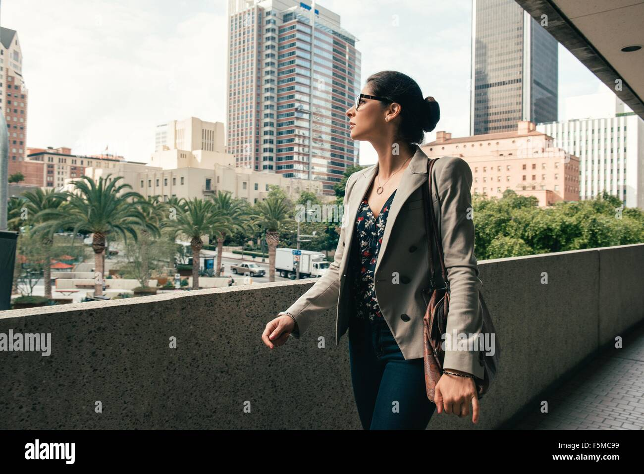 Geschäftsfrau mit Blick vom Gehweg, Los Angeles, USA Stockfoto