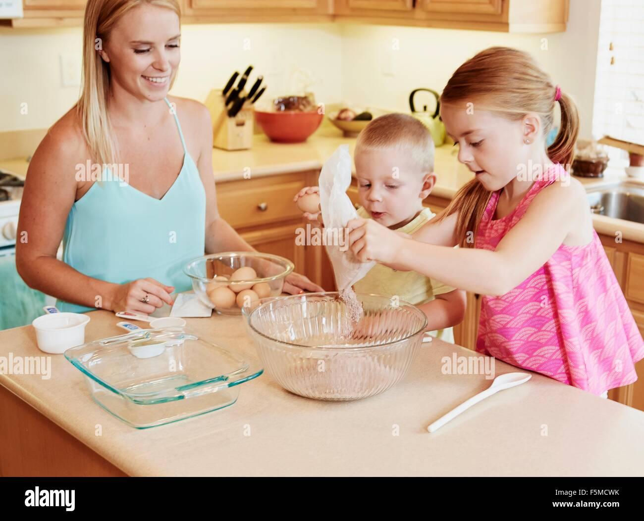 Familie vorbereiten Teig in der Schüssel Stockbild
