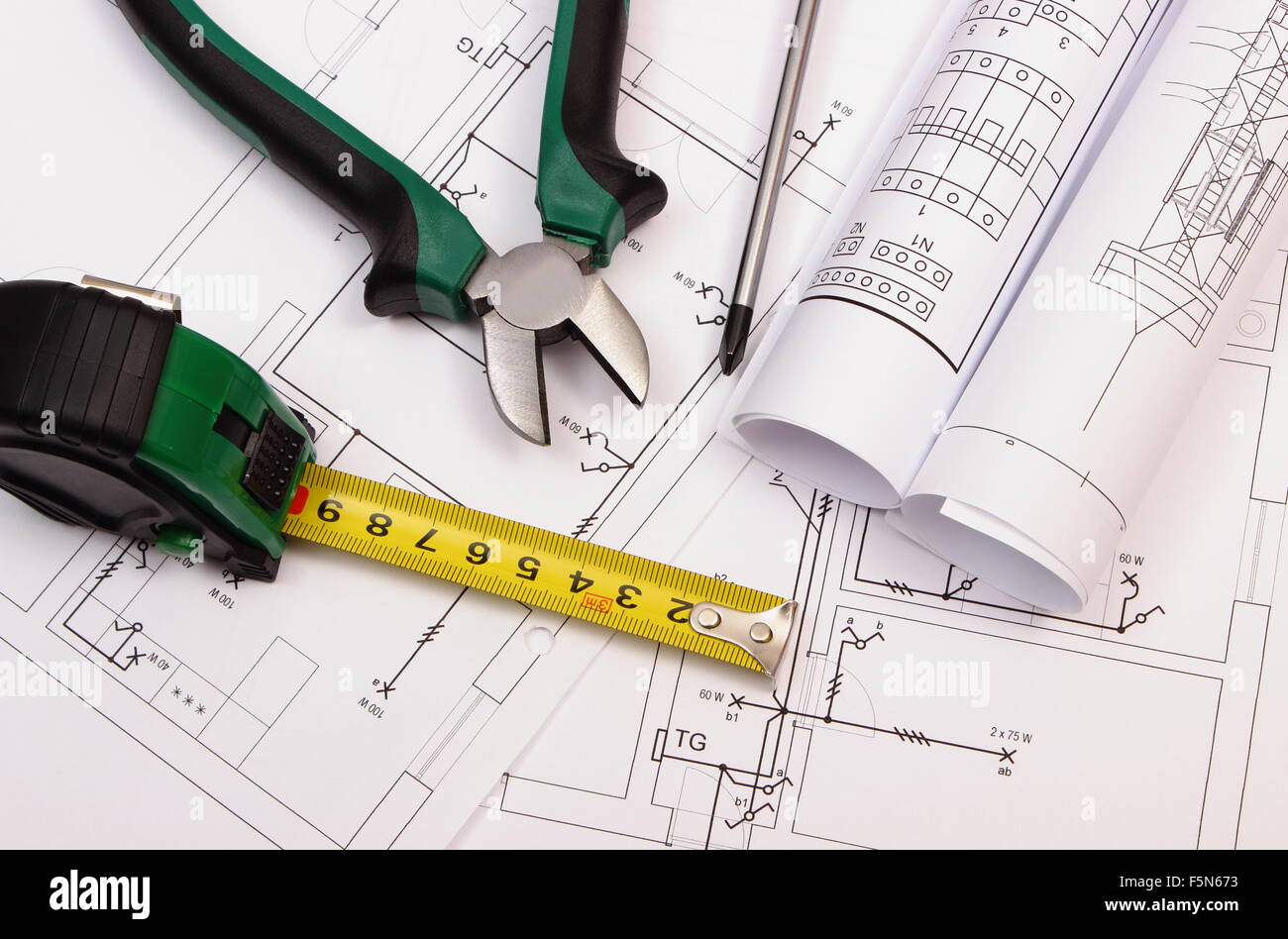 Metall Zangen, Schraubendreher, Maßband Und Rollen Von Diagrammen Auf  Elektrische Konstruktionszeichnung Des Stockbild