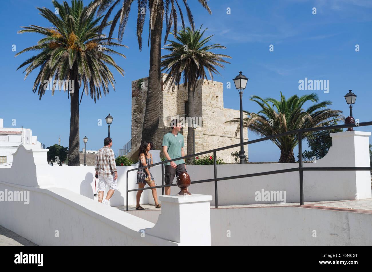 Miramar-Turm und Gärten in Tarifa Altstadt, Provinz Cadiz, Andalusien, Spanien Stockfoto