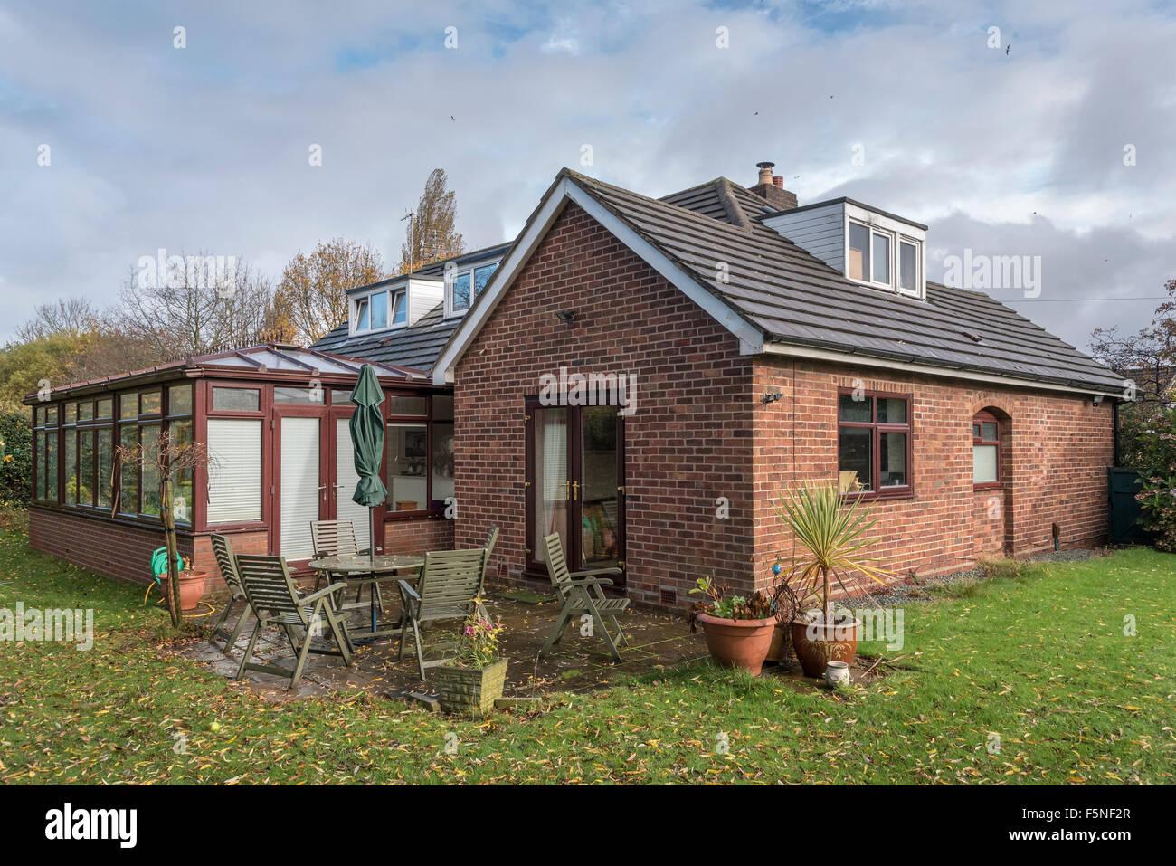 Typische Dachgaube Bungalow in Mittelklasse England mit ...