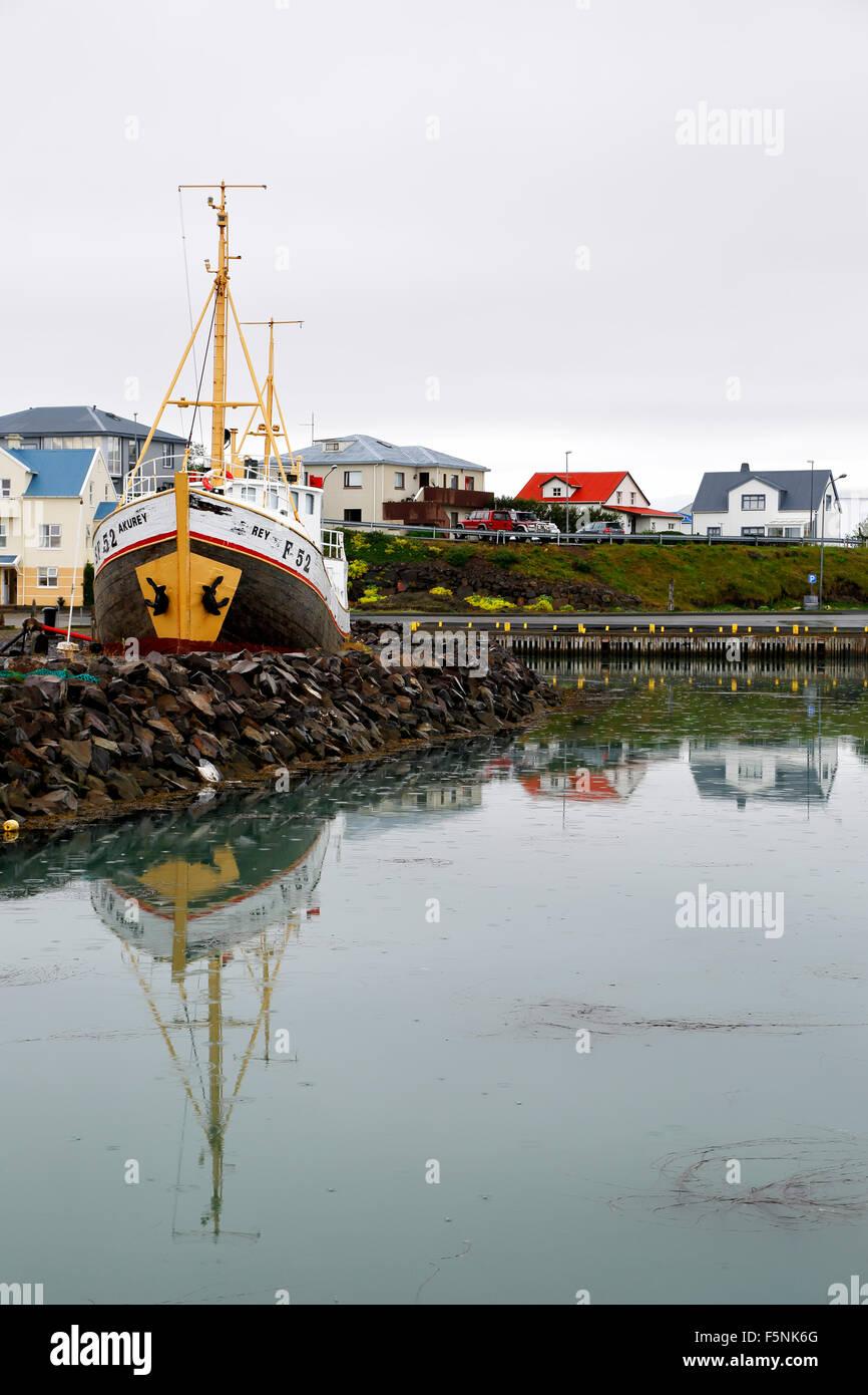 Boot und bunte Häuser, Hafen, Hofn, Island Stockbild