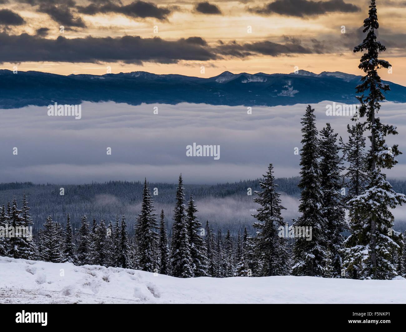 Wolken und Berge, Big White Ski Resort, Britisch-Kolumbien, Kanada. Stockbild