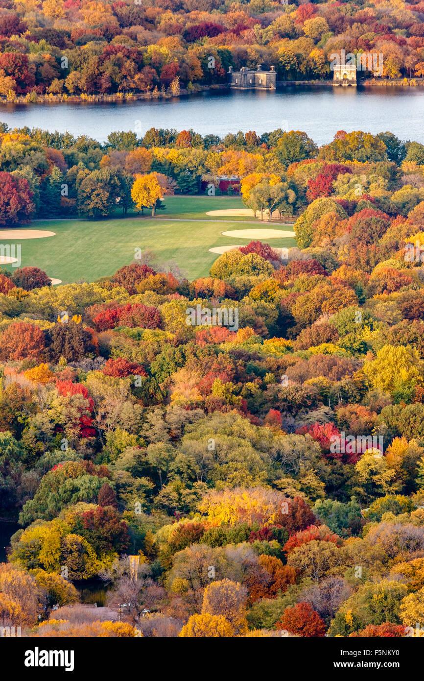 Brillante Herbstfarben im Central Park. Herbst Luftaufnahme des Great Lawn und Jacqueline Kennedy Onassis Reservoir. Stockbild