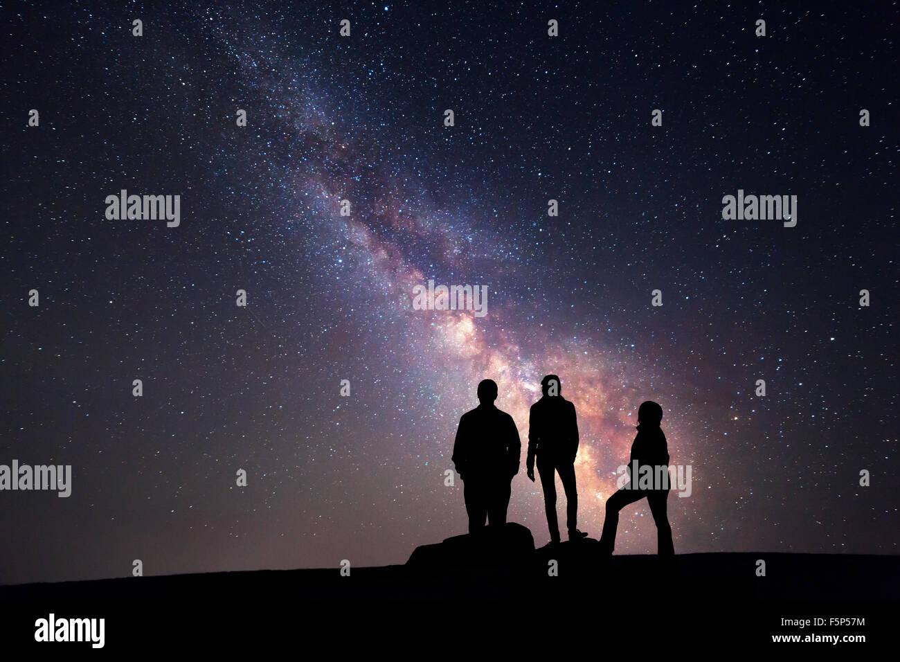 Milky Way. Nachthimmel mit Sternen und Silhouette einer glücklichen Familie aufgewachsen bis Arme Stockbild