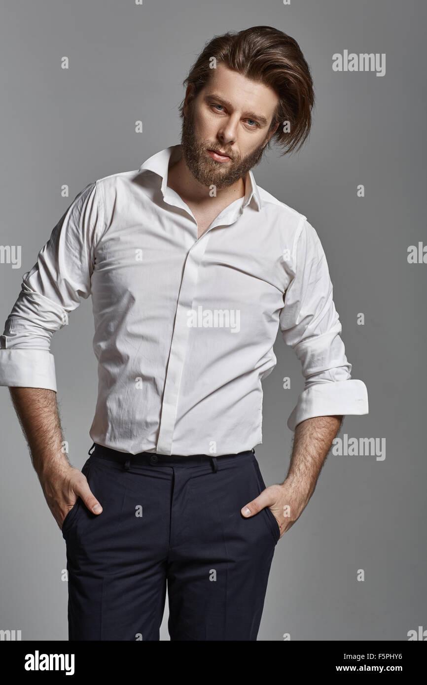 Schöner eleganter Mann mit einem dichten Bart Stockbild