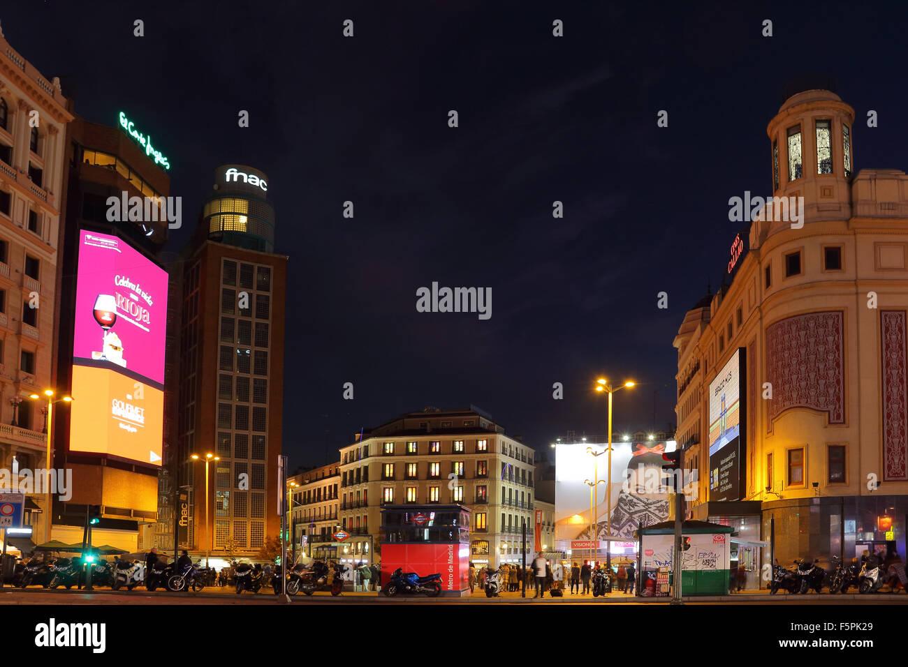 Nacht-Foto von Plaza Callao in Madrid mit der Medikamente Callao, FNAC und El Corte Inglés Gebäude. Stockbild