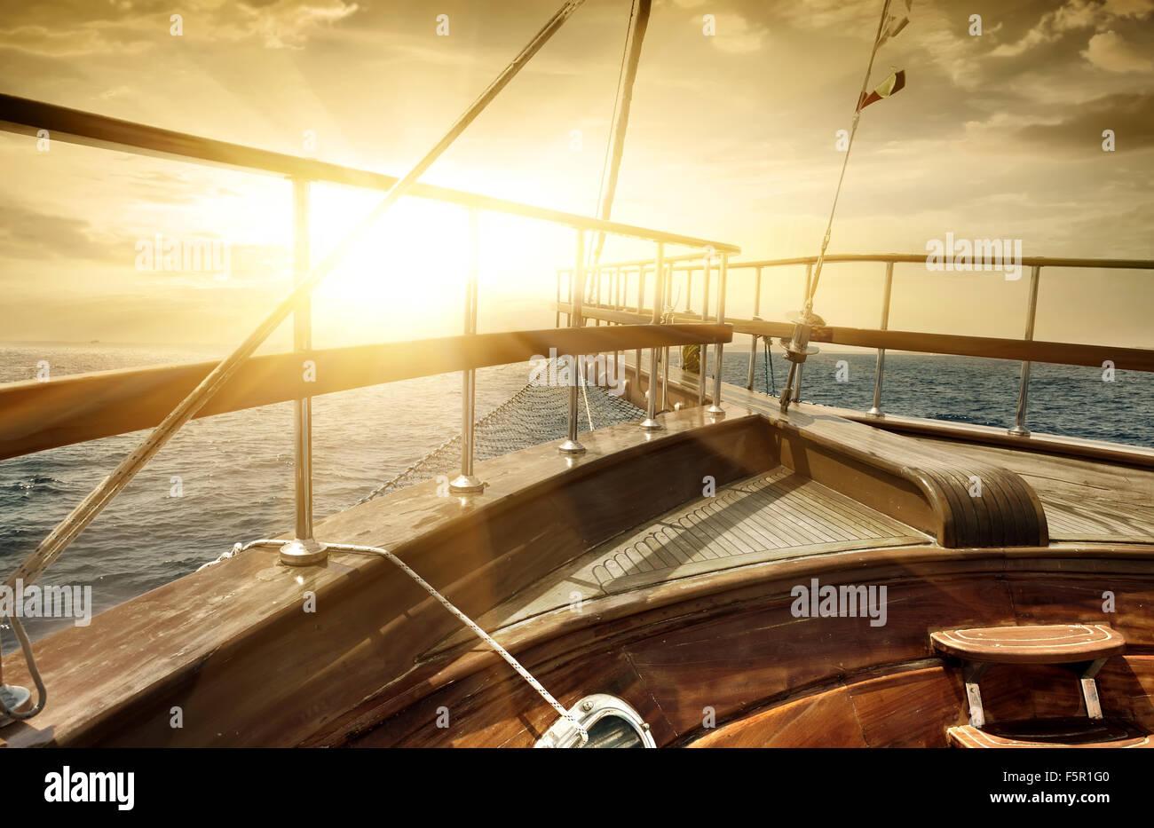 Schiff im Meer in Sonnenstrahlen Stockbild