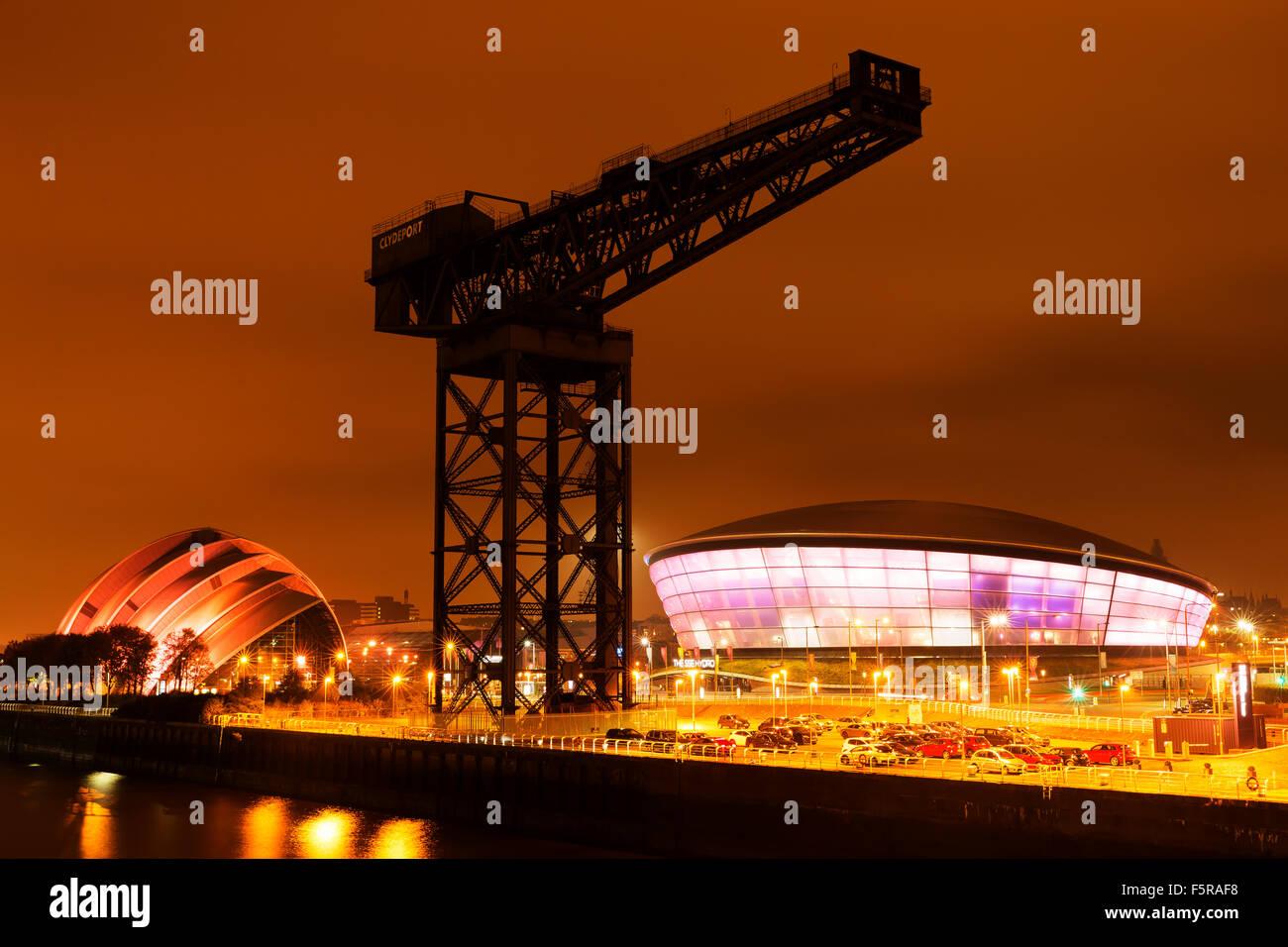 GLASGOW, SCHOTTLAND. 27. Oktober 2015: Der SSC Hydro Stadion beleuchtet in der Nacht am Ufer des River Clyde, Glasgow, Stockbild