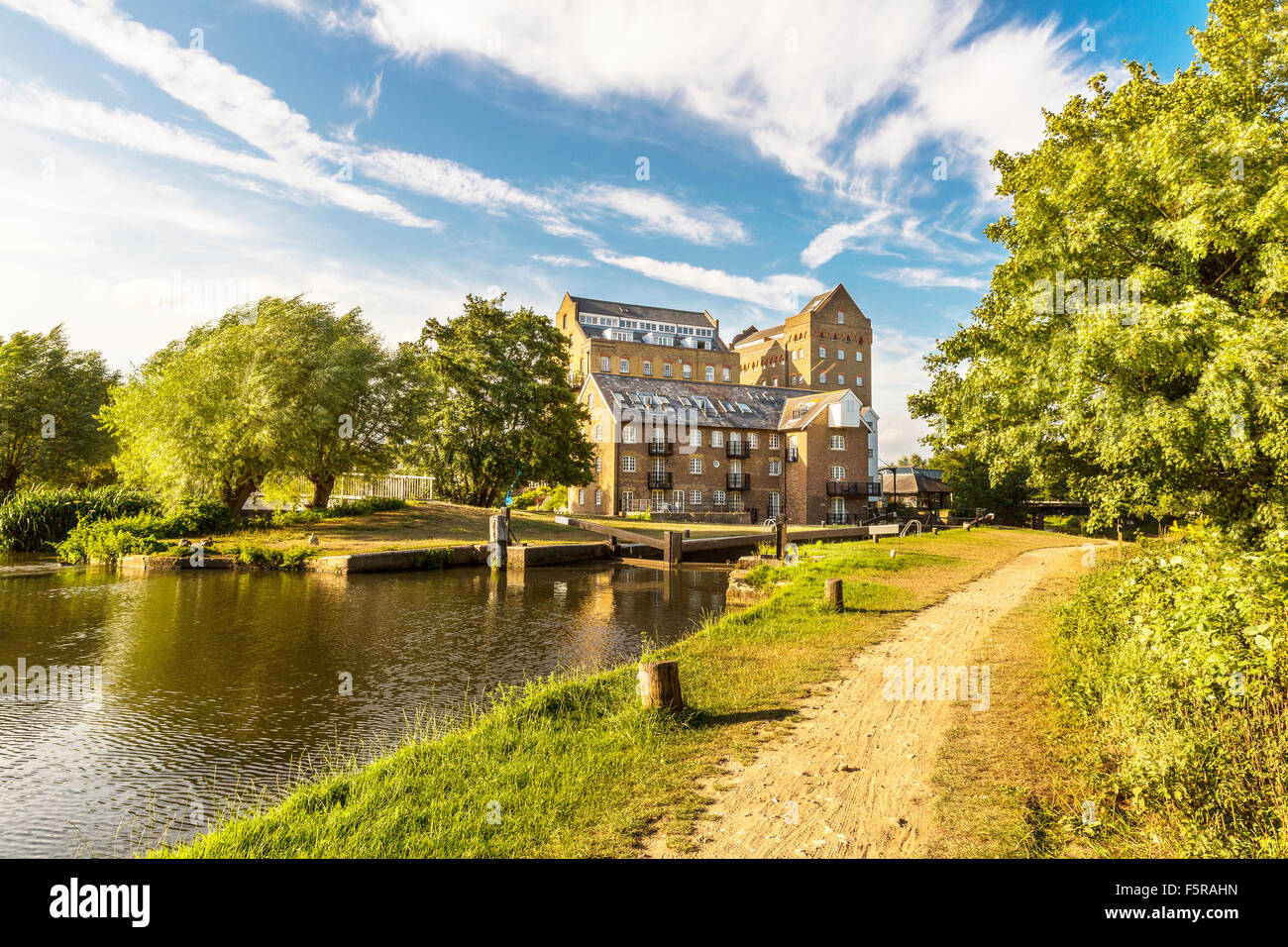 Steuermänner Mühle und Schloss am Fluss Wey Navigation, Addlestone, Surrey, England, Vereinigtes Königreich Stockbild