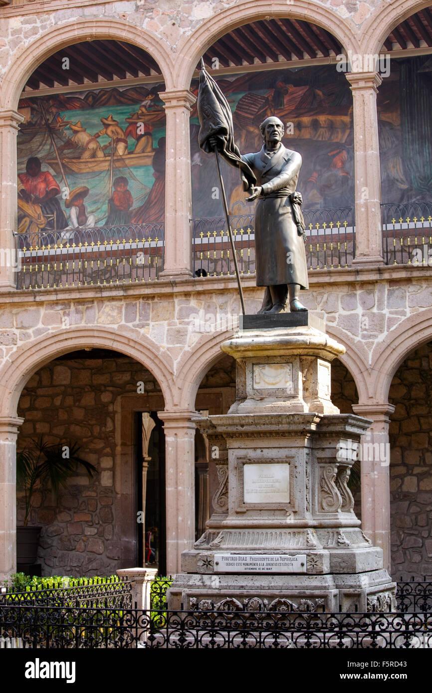 Statue von Unabhängigkeit Held Miguel Hidalgo und Wandmalereien im Colegio San Nicolas, Morelia, Michoacan, Stockbild