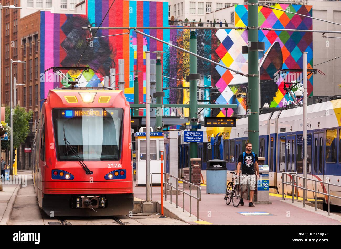 Die Innenstadt von Minneapolis. Metro Transit Blue Line Hiawatha Light Rail an Lager Hennepin Haltestelle. Bob Dylan Stockbild