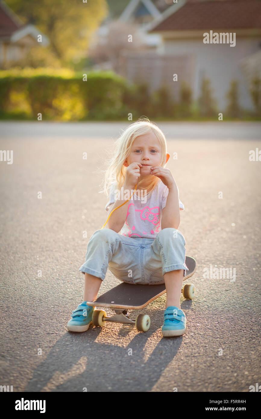 Schweden, Vastergotland, Lerum, Portrait eines Mädchens (6-7) auf skateboard Stockbild