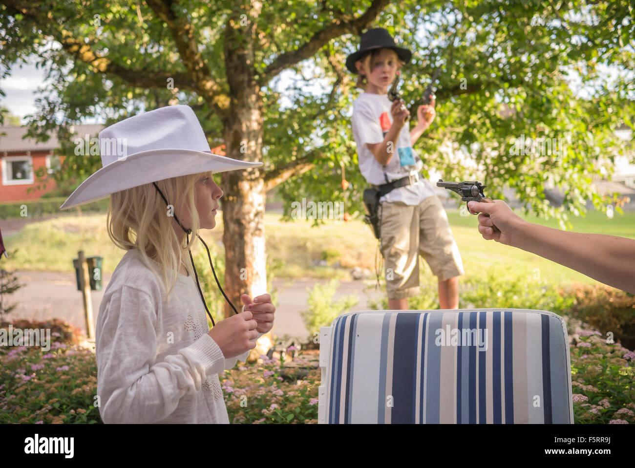 Schweden, Smaland, Anderstorp, Mama spielt mit ihren Kindern (8-9, 10-11) im hinteren Hof Stockbild