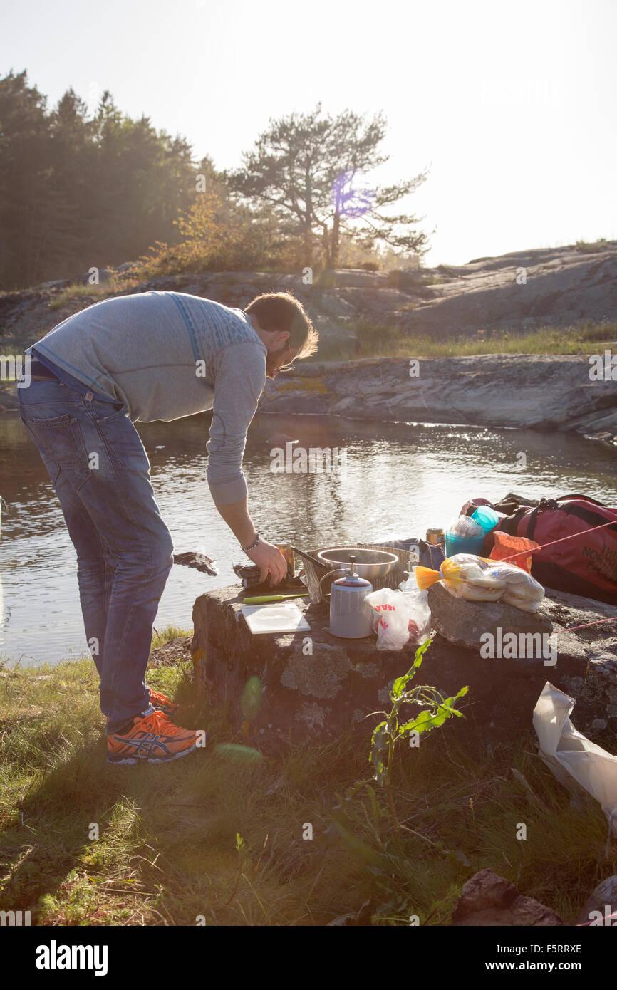 Schweden, Westküste, Bohuslan, Flato, Mann camping am Ufer Stockfoto