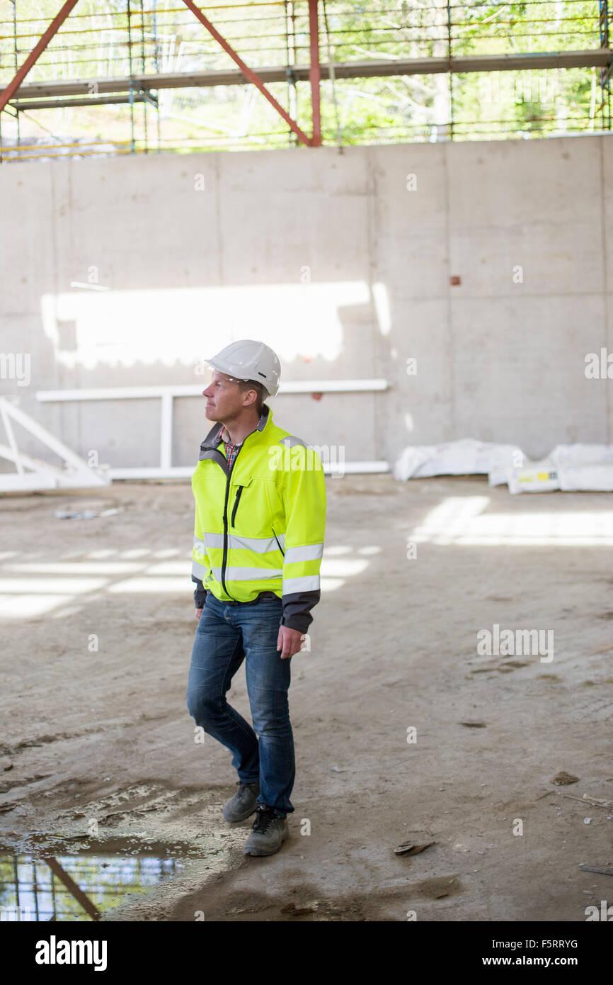 Schweden, Bohuslan, kantiger, Mann in Bauarbeiterhelm auf Baustelle Stockfoto