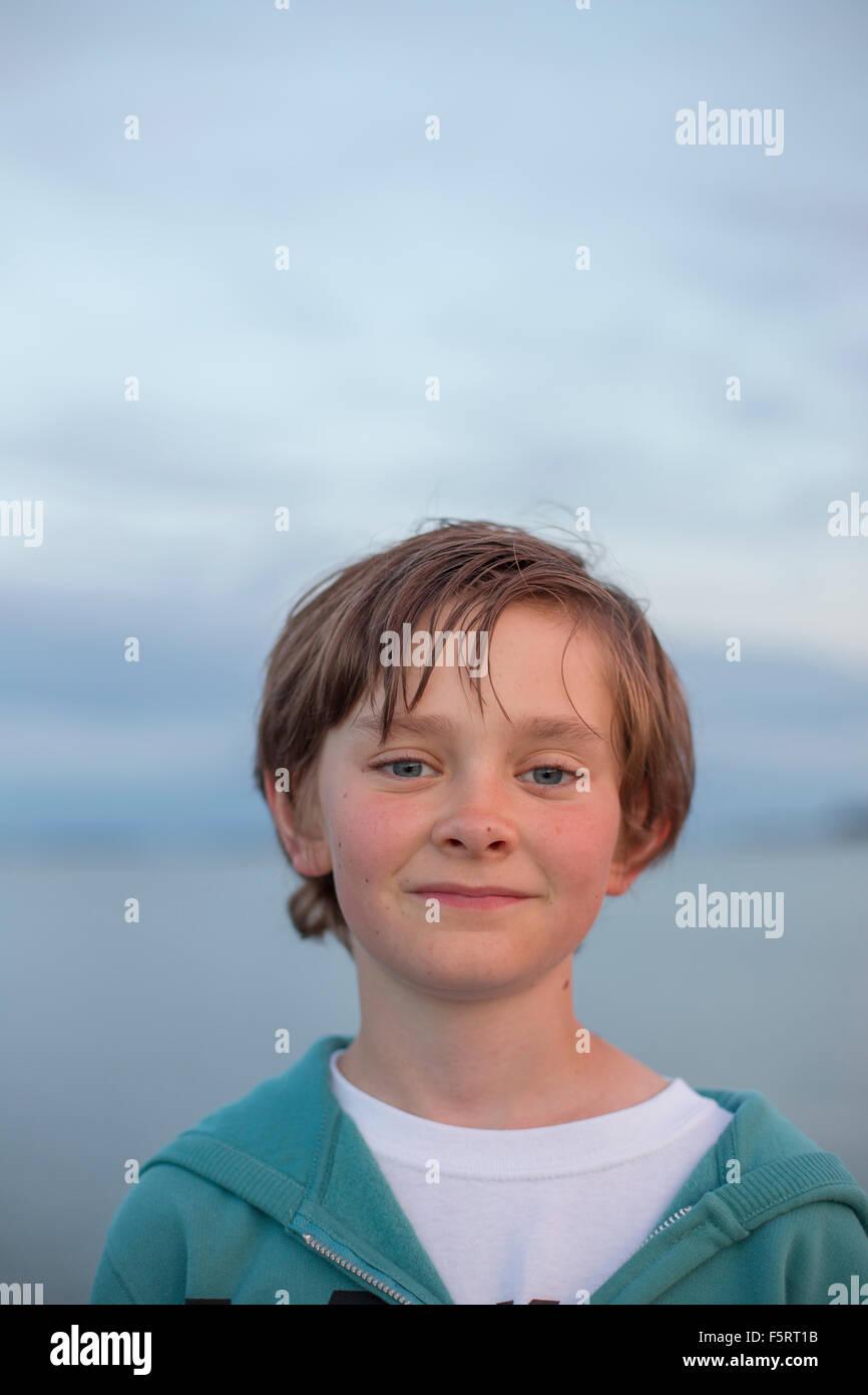 Porträt eines jungen (12-13) im Freien in der Abenddämmerung, Onsala, Schweden, Halland Stockbild