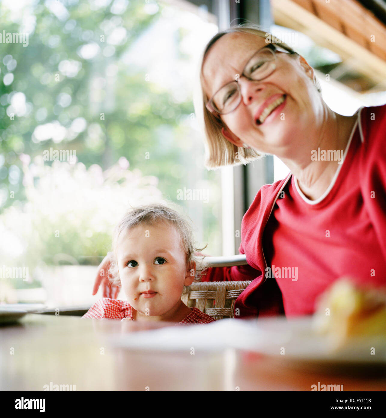 Finnland, Helsinki, Uusimaa, Porträt von Oma mit Enkelin (2-3) Stockbild