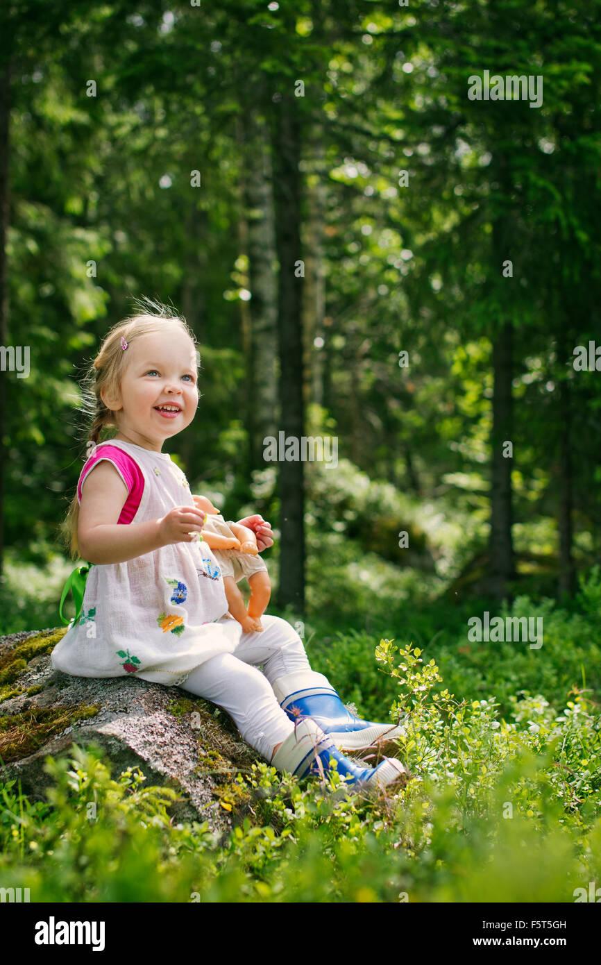 Finnland, Paijat-Hame, Mädchen (2-3) mit Puppe im Wald spielt Stockbild