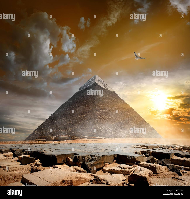 Pyramide von Khafre unter dunklen Wolken bei Sonnenuntergang Stockbild