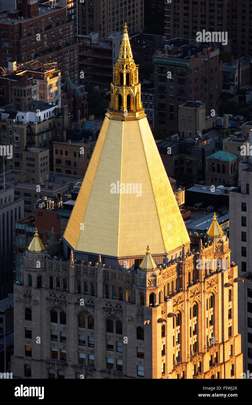 Blattgold auf dem Dach des neugotischen Gebäude in NoMad (nördlich von Madison Square), Midtown Manhattan, Stockbild
