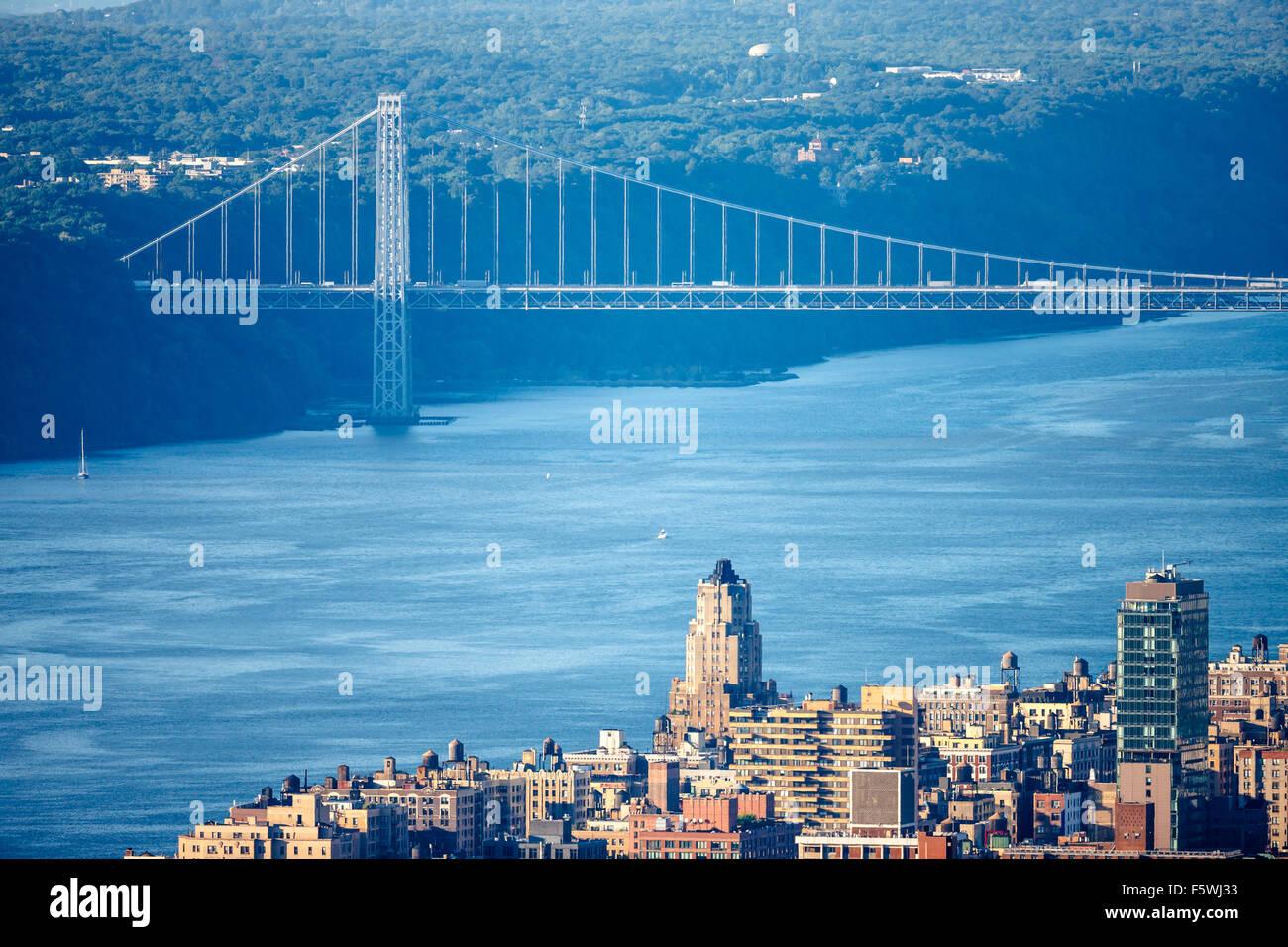 Luftaufnahme der Upper West Side von Manhattan mit George Washington Bridge und Hudson River. New York City. Stockbild