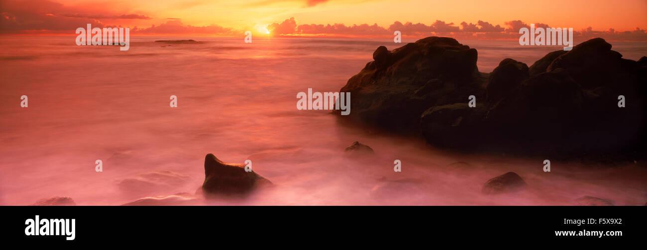 Panorama Scenic Wellen malen Felsen und Sandstrand bei Sonnenuntergang in Laguna Beach, Kalifornien Stockbild