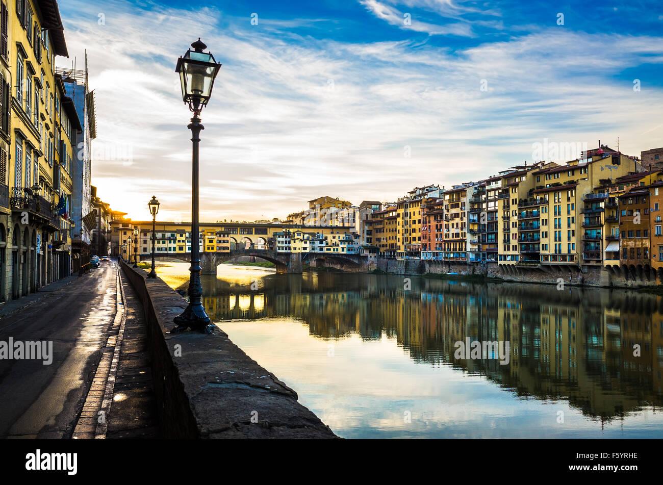 Ponte Vecchio ist eines der berühmtesten Brücke der Welt, besucht von Millionen von Touristen jedes Jahr, Stockbild