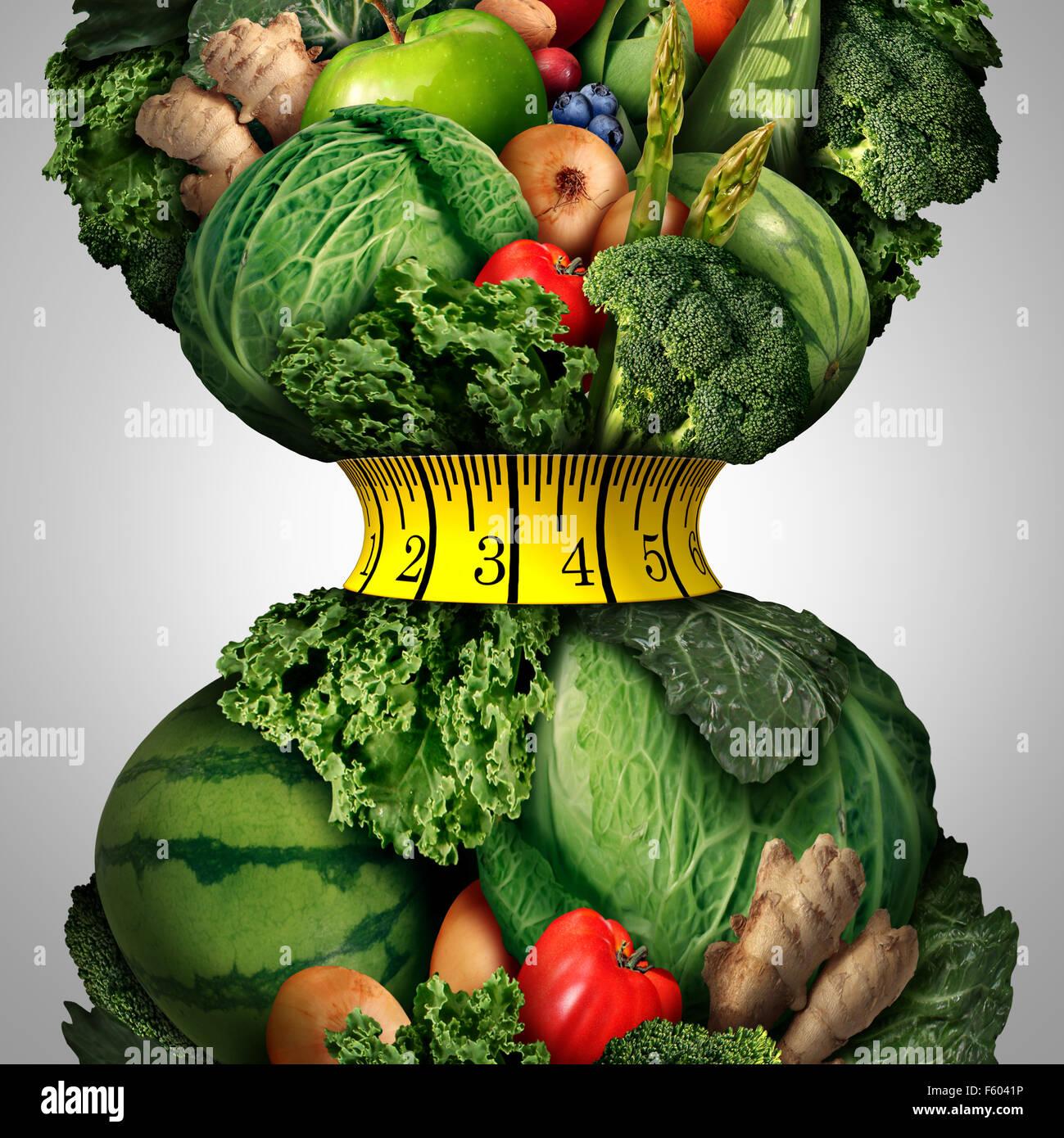 Gesunde Gewichtsabnahme Diät als eine Gruppe von frischem Obst und Gemüse mit einem Fitness Maßband Stockbild