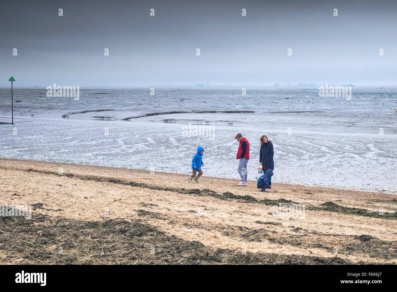 Eine Familie trotzen die Kälte an Bell Wharf Strand in Leigh on Sea, Essex. Stockbild