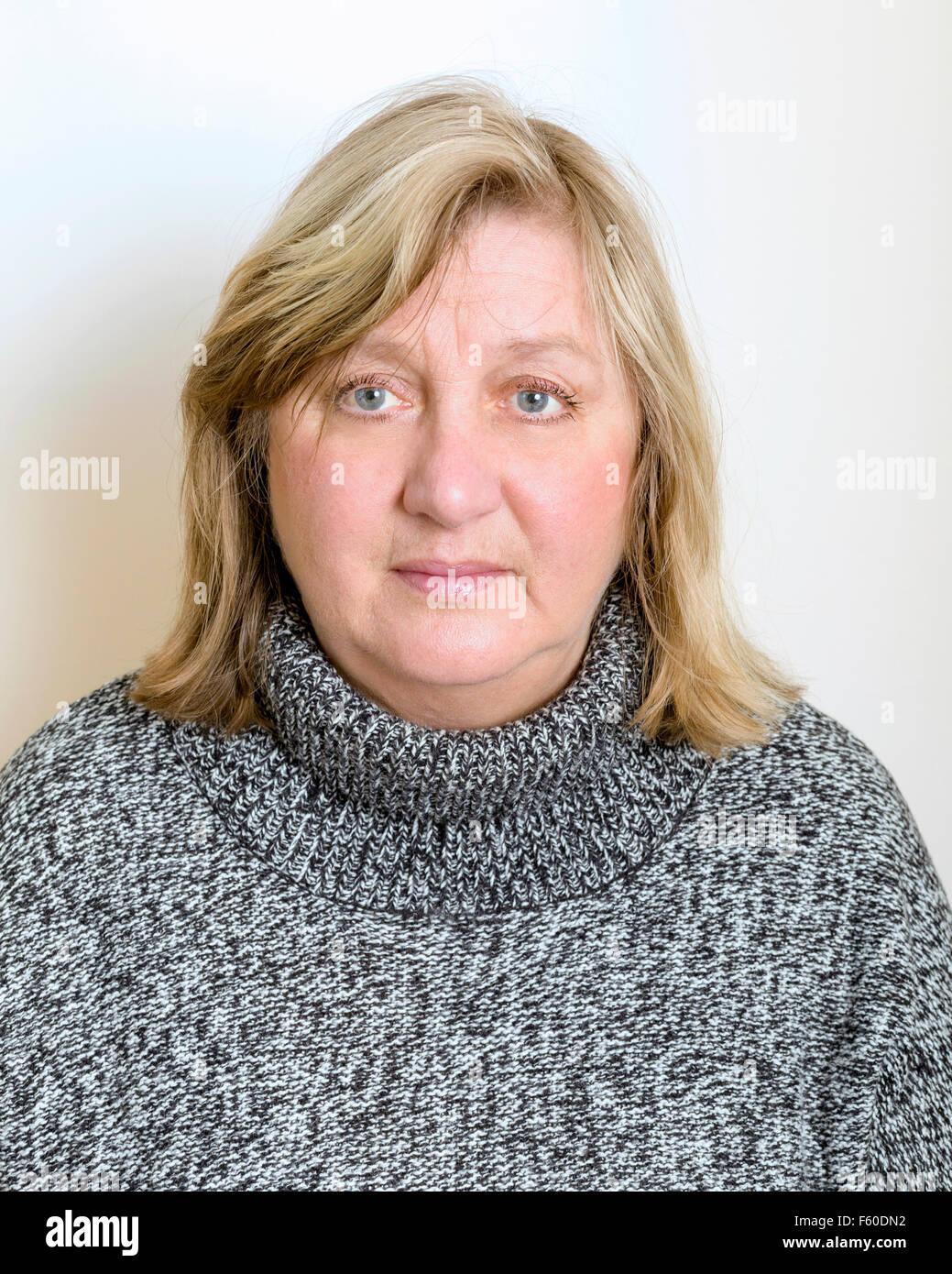 Kopf und Schulter Portrait von alter Rentner blonde reife Frau mit neutralen Ausdruck Model Release: Ja. Property Stockbild