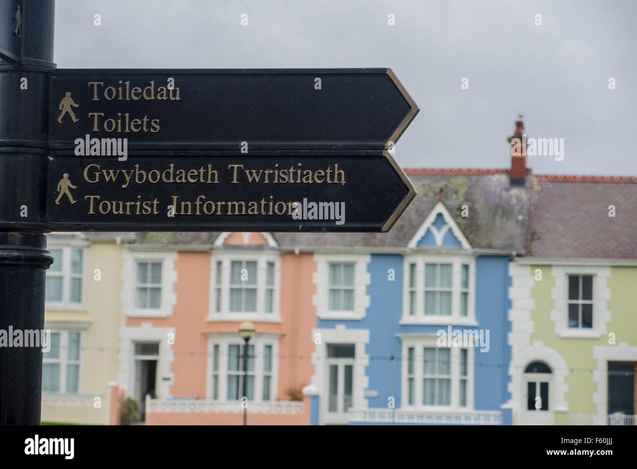 Aberaeron, Finger Post, Richtungen, signiert, vollgefressen Stadt durch das Meer von Wales, Stockbild