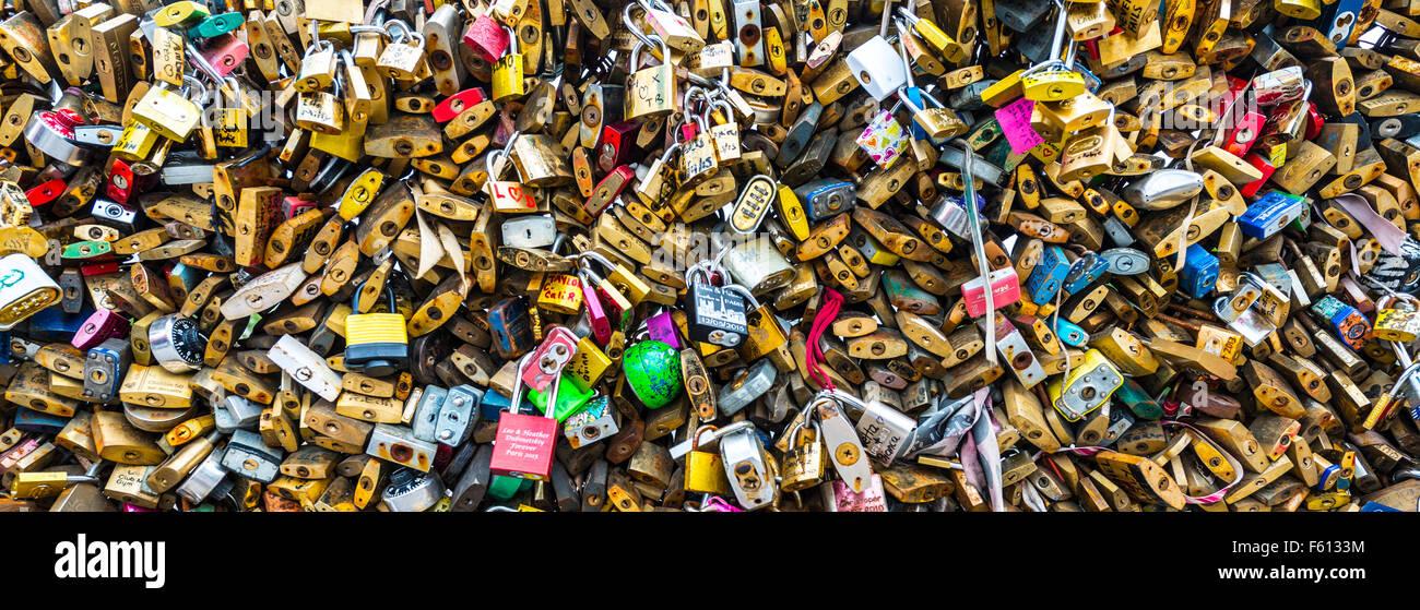 Schlösser der Liebe auf dem Geländer der Brücke Pont des Artes, Paris, Ile de France, Frankreich Stockfoto