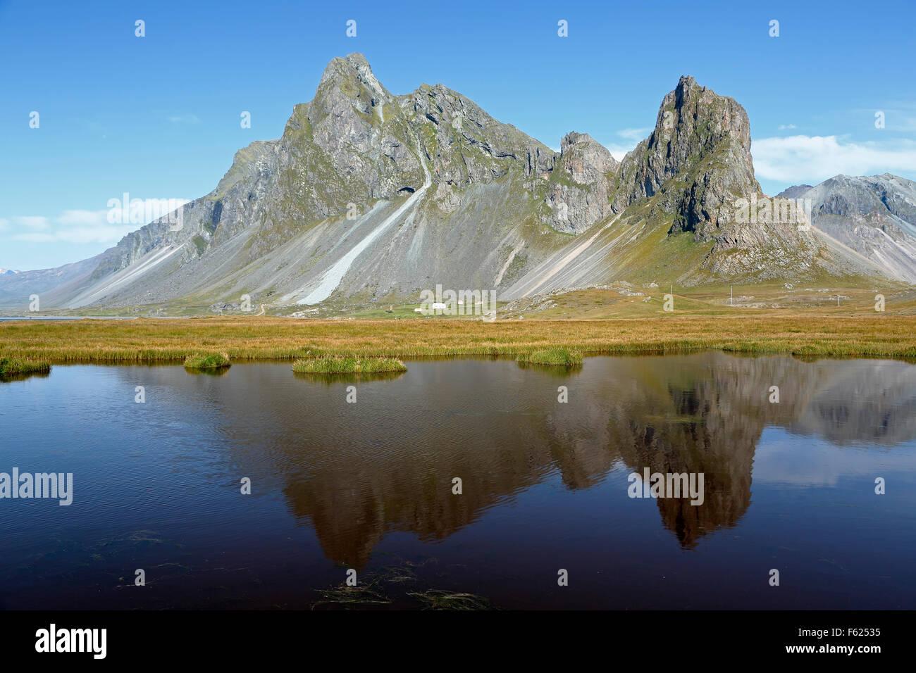 Vikurfjall Berg spiegelt sich am Teich in der Nähe von Hvalnes Nature Reserve, Island Stockbild