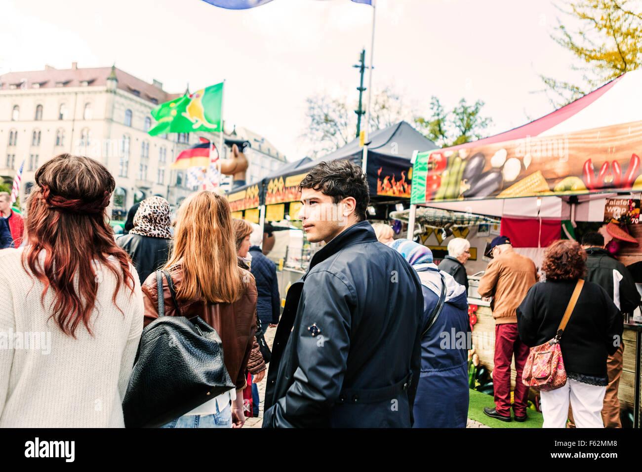 Freunde gehen auf der Straße am Markt Stockbild