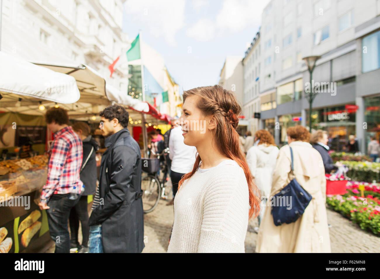 Glückliche Frau Markt in Stadt zu besuchen Stockbild