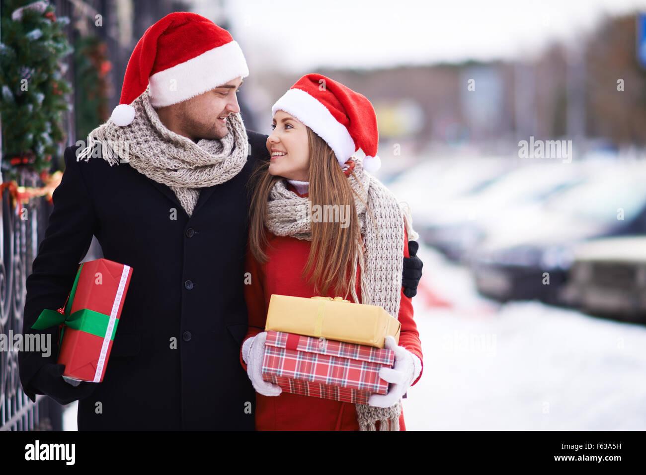 Schönes paar Weihnachtsgeschenke tragen Stockfoto, Bild: 89813629 ...