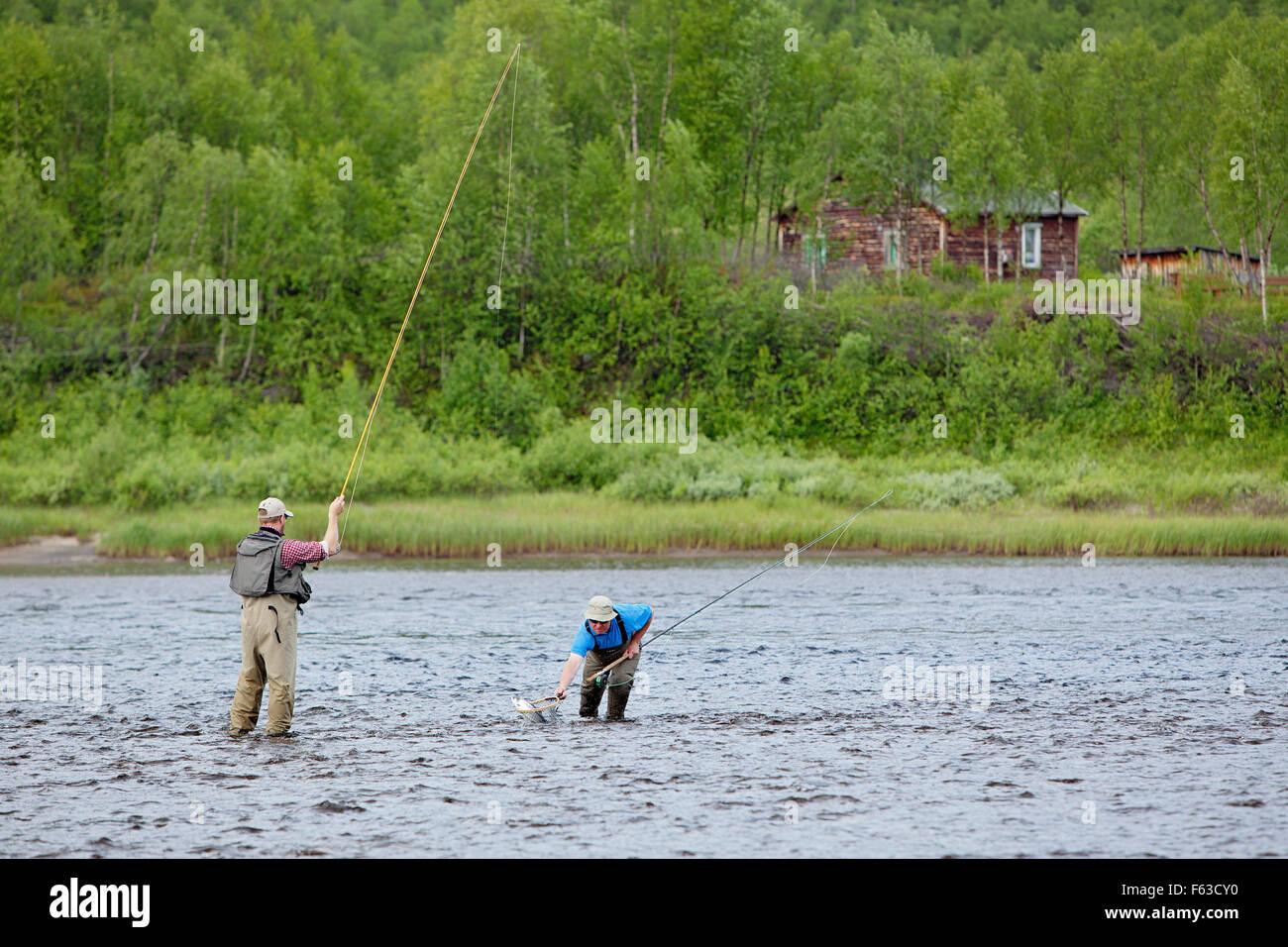 Lachs-Fliegenfischen am Teno (Tana) River an der Grenze zwischen Finnland und Norwegen. Stockbild