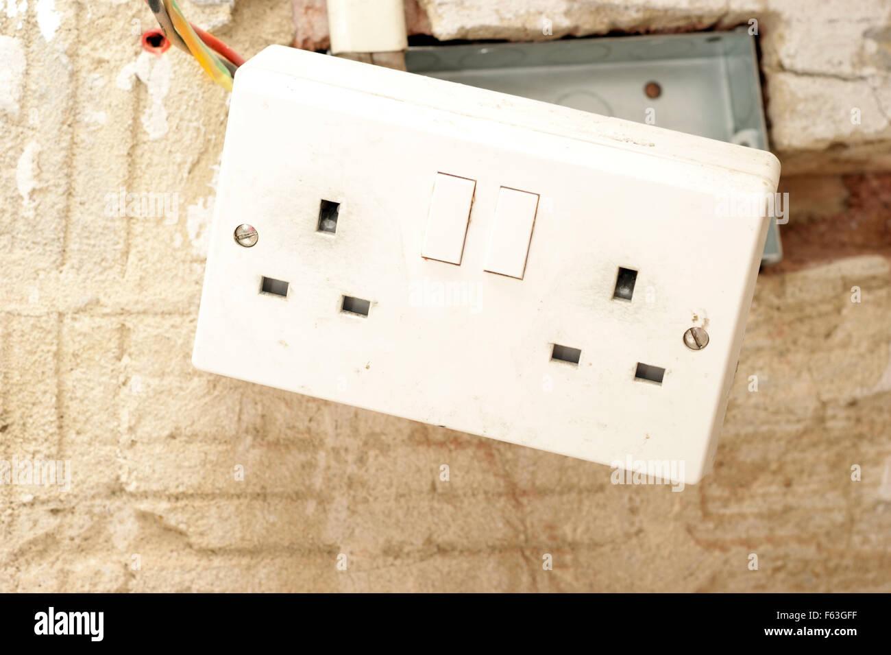 elektrische steckdosen mit exponierten verdrahtung in einem sozialen mietwohnungen eigentum haus. Black Bedroom Furniture Sets. Home Design Ideas