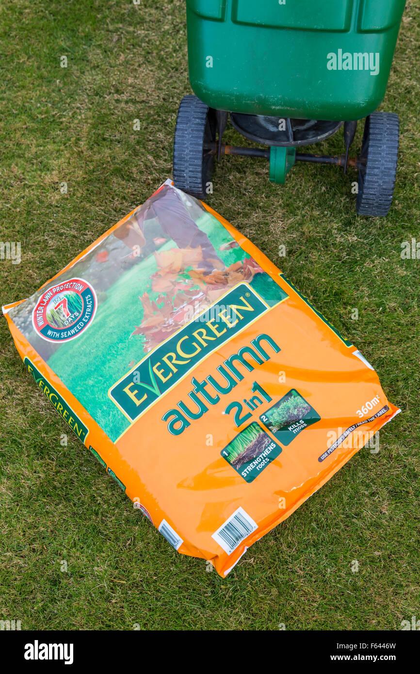 Evergreen Complete 2 in 1 Herbstfutter und ein Scott's easygreen Radstreuer auf einem Rasen, Schottland, Großbritannien Stockfoto