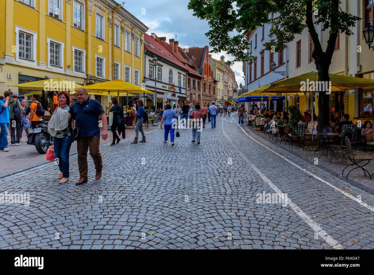 Straße mit Straßencafés in Vilnius, Litauen Stockbild